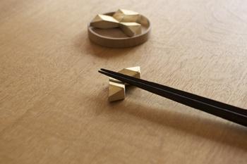 鋳造メーカー「二上」が作り上げた真鍮の生活用品ブランド「FUTAGAMI」。無塗装・無垢の真鍮で作られた「真鍮の箸置き」は、ともに時間を重ねる経年変化を楽しめるのが特徴です。