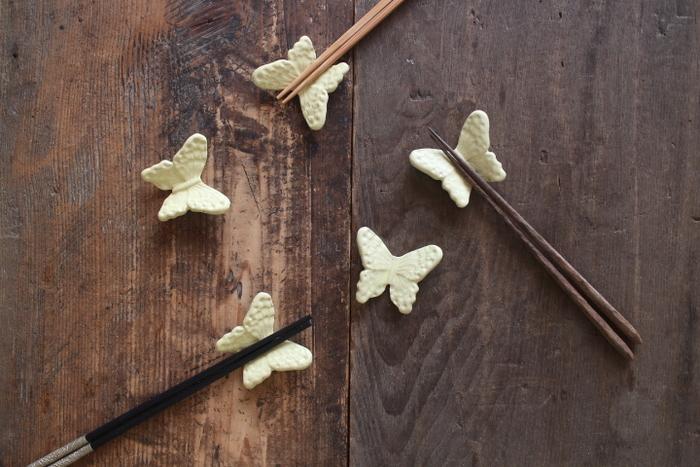 栃木県益子町にある「よしざわ窯」の「蝶々お箸置き」は1つ1つが今にも飛び立ちそうなほど躍動感に溢れています。ツヤなしのレモン色が春を感じさせてくれますね。