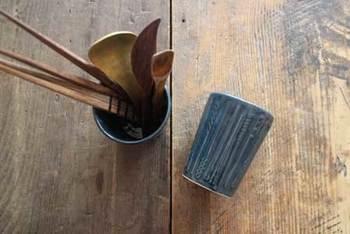 素敵なお箸には素敵な箸たてがよく似合います。栃木県益子町にある「よしざわ窯」の「おはしの箸たて」は、深みのある色合いと素朴な質感がお気に入りの箸をさらに引き立ててくれそうです。
