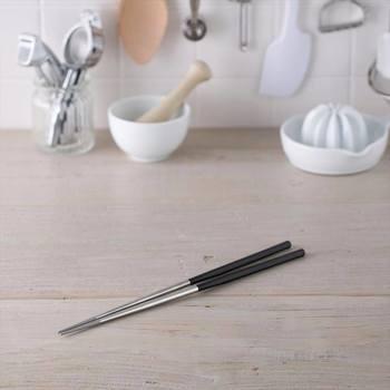 耐久性に優れ、汚れにくい「貝印」の「ステンレス菜箸」。置いたときに転がらないよう、持ち手の部分は六角形になっています。特に揚げ物におすすめの菜箸です。