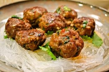 パクチーとナンプラーでベトナム風ミートボールに。 ライスヌードルや春雨と一緒に食べてもいいですね。