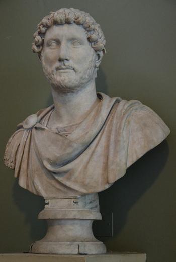 在位:117年〜138年 76年にローマ属州「イタリカ」(現在のスペイン・セビリヤ)で生まれたハドリアヌスは、先の皇帝トラヤヌスの死去により、117年に皇帝に就任しました。ちなみに歴代のローマ皇帝で初めてヒゲを生やしたのが彼。