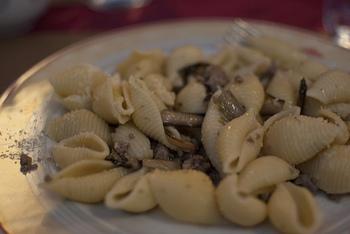 イタリア語で貝を意味する「コンキリエ」は、貝殻のように小さく巻かれたかわいいパスタ。中に小さな具が入りやすく、食べ応えのある食感も魅力です♪ 大きく巻かれたものは「コンキリオーニ」といいます。