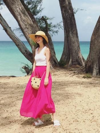 日焼け対策のためにロングスカートを履く方も多いのではないでしょうか。きりっとしたピンク色がアクセントになってます。