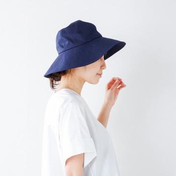 日焼け対策にも帽子は欠かせませんね。つばが広いものでも嵩張らないように、折りたたんでもシワにならないものが多く出ています。