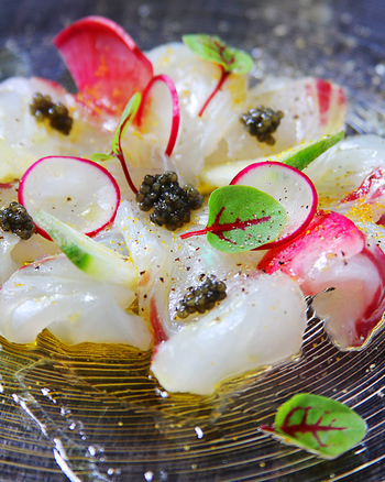 白身魚のカルパッチョに、スライスした美しい色合いの野菜がアクセントになっています。ところどころキャビアも置いた、贅沢な一皿。ガラスのお皿も涼やかですね。