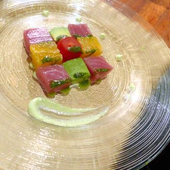 高級イタリアンレストランの前菜にも、カルパッチョはよく登場します。こちらの一皿は、モザイクのような飾りつけが珍しく、美しいですね。