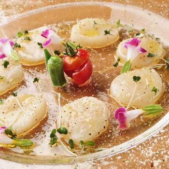 新鮮なホタテのカルパッチョ。お花や、ふった塩がまるでアートのよう。食欲がない時でも、食べられそう。