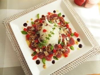 手ごろな赤身マグロでつくるカルパッチョ。スーパーでマグロのさくを買ってきたら、塩コショウで下味をつけ、薄くスライスします。レストランのように、美しく盛り付けしましょう。