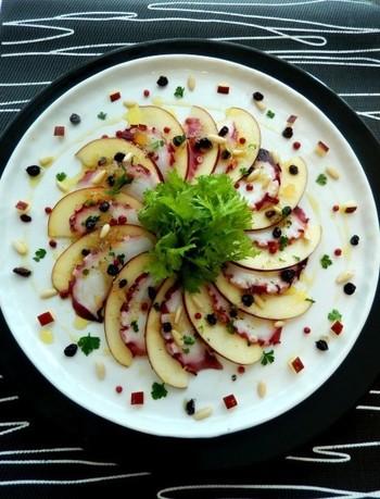 こりこりのタコと、りんごのシャキシャキ食感がいい感じ♪ パーティーが華やぐ一皿ですね。
