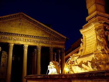 そんなローマ歴史地区に約2000年前の姿を完全な形で残しているのが『パンテオン』。ハドリアヌスは即位の翌年、消失してしまった初代パンテオンの再建に取り掛かります。現在残っているのがまさにその2代目なのです。