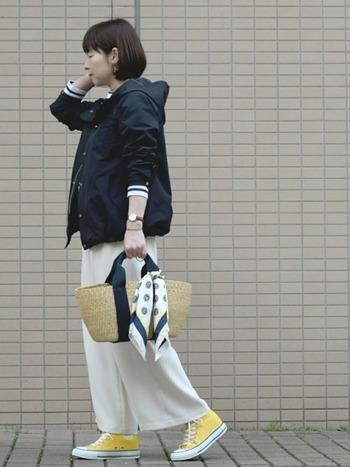 鮮やかでポップなイエローのスニーカー。大人っぽくまとめたモノトーンファッションのポップなアクセントに。
