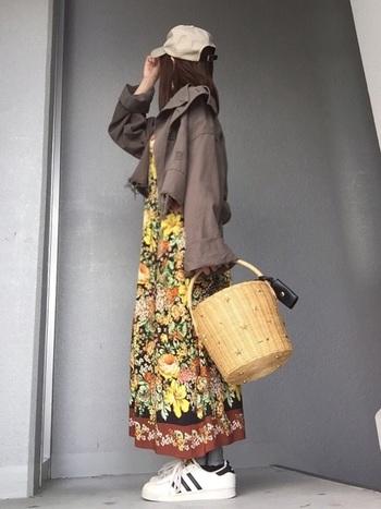 カラフルなアフリカンカラーを使った花柄で、トレンド感たっぷりのファッションに。鮮やかなヴィヴィッドカラーは、大地を感じさせるアースカラーのジャケットにぴったり。