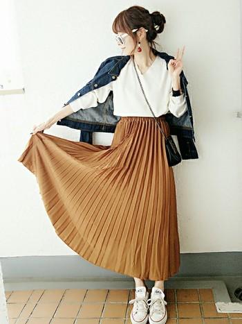 キャメルカラーのプリーツスカートが、大人っぽい甘さをプラス。デニムにもよく合うカラーです。