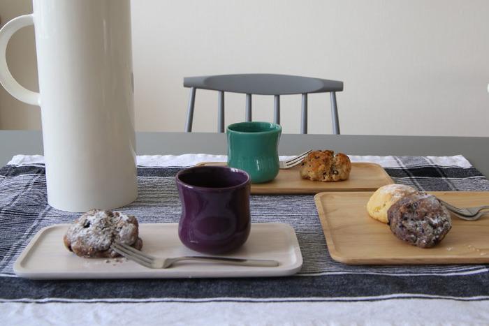 カップとお菓子を乗せるだけで、カフェのようなおしゃれな雰囲気に決まる「トレイ」。ちょっとしたおもてなしにも使える便利なアイテムですよね。
