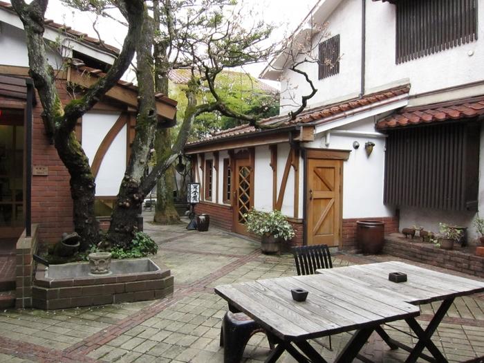 宮沢賢治と縁の深い光原社。岩手の食品や工芸品はもちろん、日本全国さらに世界の民芸品を扱っています。宮沢賢治直筆原稿や「注文の多い料理店」の初版本を展示した「マヂエル館」もあり、時間をかけて巡りたいお店です。