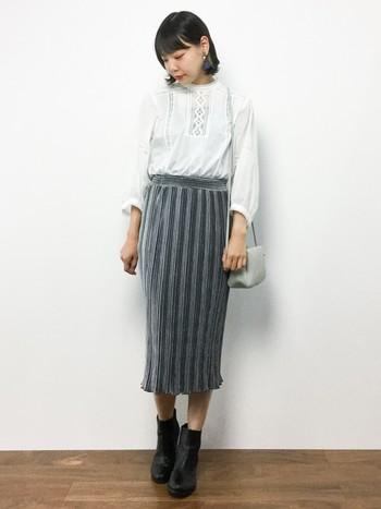 コットンレースブラウスにタイトスカートを合わせたレディライクなコーディネートは、ボトムスINですっきりとした着こなしです。フェミニンなピアスやコンパクトなポシェットで上品な雰囲気に。