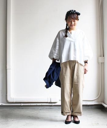 ビッグシルエットのコットンブラウスにワイドなチノパンを合わせたリラックススタイル。裾のロールアップやヒール、スカーフ使いなど女性らしい着こなしがポイント。