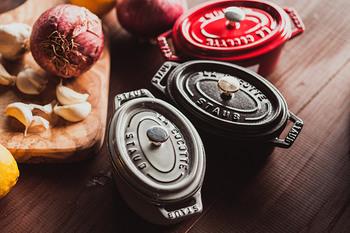 フランス・アルザス地方にある「ストウブ(staub)」社の鋳物ホーロー鍋「ピコ・ココット」。1974年、三ッ星シェフ「ポール・ボキューズ」との共同開発により生まれました。プロのシェフや美食家たちが認める機能性に富んだ鍋として世界中で愛されています。