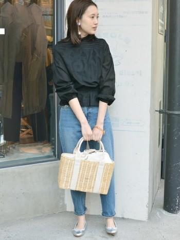 程よい張り感のあるコットンレースブラウスにデニムと合わせてたシンプルな大人カジュアルスタイル。シルバーのフラットシューズやかごバッグが軽やかな雰囲気をプラスしています。