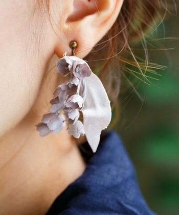 上品でクラシカルなデザインが可憐なすずらんのイヤリング。耳元で揺れ動くすずらんの丸いお花がとても可愛らしいアイテムです。