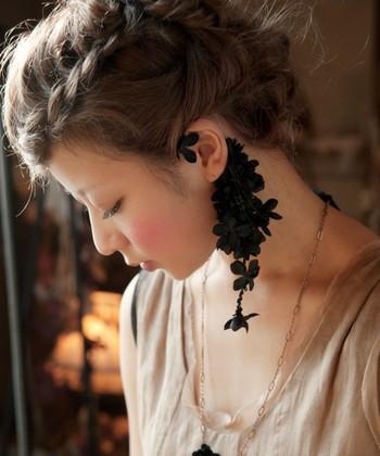 黒いあじさいのイヤーカフとネックレス。漆黒のアジサイが耳元に華やかに咲き誇ったようなアイテムです。雫のように花びらが下がっているデザインも素敵ですね。