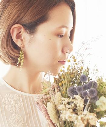 これから温かくなって草花も活き活きと芽吹く季節です、春らしい満開のお花を耳元に飾って、お顔周りも明るく華やかに演出してみてくださいね!