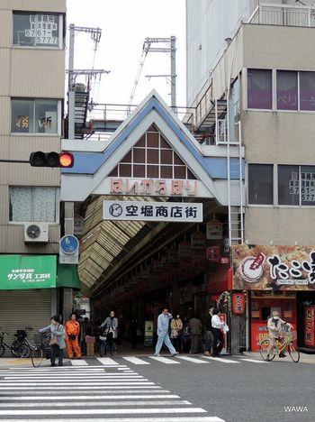 空堀商店街のアーケード入口は、とても風情のある雰囲気。あちこちに坂道があるのも、空堀の特徴です。