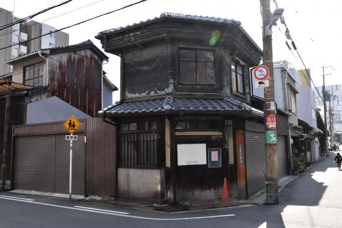 独特の形の家は時代がまるで取り残されたような風景が楽しめます。