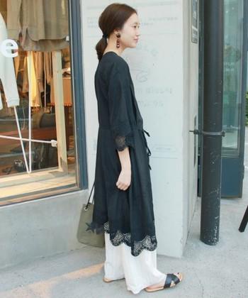 袖や裾の繊細なレース使いが美しいコットンワンピース。 ワイドパンツと合わせたリラックス感たっぷりの大人のレイヤードスタイルです。