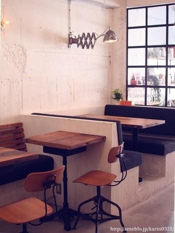 このシャビーシックな空間で、スペシャルティコーヒーショップONIBUS COFFEEが作ったBurger Maniaオリジナルブレンドのコーヒーや、クラフトビールなど一緒に、絶品バーガーを召し上がれ♪