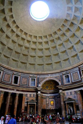 天井の丸い穴はラテン語で「目」という意味をもつ「オクルス」と呼ばれています。ドームの直径と床から天井までの高さは共に43.2m。そのためオクルスの下に立つとまるで完全な球体の中にいるような不思議な気持ちに包まれます。