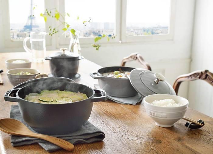 煮る、蒸す、炊く、焼く、炒める…マルチな調理法に対応し、キッチンで大活躍してくれるストウブは、ひとつは持っていたいお鍋です。食卓にそのまま出せるおしゃれさもいいですね。