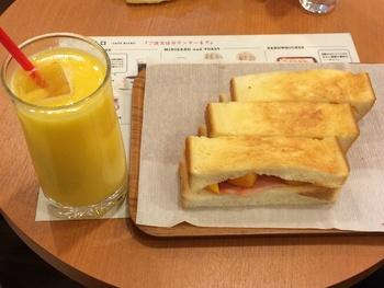 大阪では、サンドウィッチやトーストなど、パンと一緒にミックスジュースをいただく人も多いんです。  ミクロのもうひとつの名物「パパイヤトースト」は、その名の通りトーストしたパンにパパイヤがたっぷりとサンドされています。ミックスジュースとの相性も抜群で、大満足のランチになりそう。