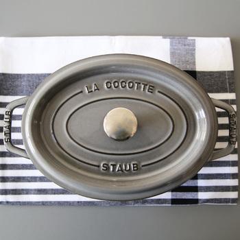 ストウブ鍋は、種類も豊富。定番のピコ・ココットは、どんな料理にも適した定番のラウンド型のほか、魚などをまるごと調理するのにも便利なオーバル型などがあり、サイズもいろいろ。また、ごはんを炊くココットなど日本の食文化に合わせたお鍋も登場しています。