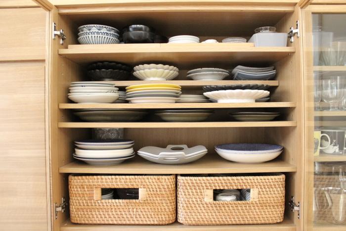 お気に入りの素敵な器が詰まった食器棚。一番上の高さがあまりないスペースは、なかなか奥まで手が届きません。  スムーズに取り出すためにmikiさんが考えたアイデアとは?