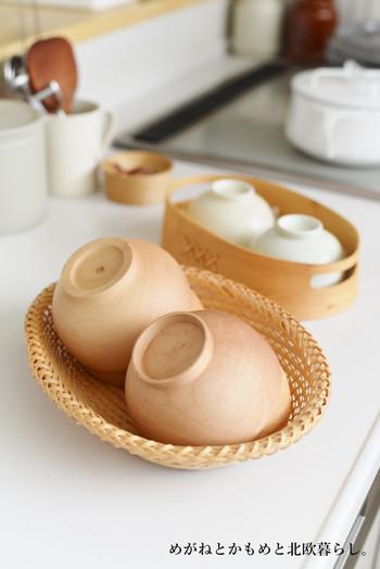 毎日のように使う茶碗や汁椀はお気に入りのカゴに入れて収納。カゴのまま出してカゴのまま食器棚にしまいます。  これならアクションも少なく済み、バラバラのものを無理に持って落としてしまうようなコトもなくなりますね。