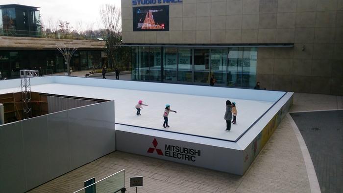 ショッピングセンターに可愛いスケートリンク。氷を使っていない樹脂でできたリンクなので濡れずにお子様連れも安心。スケート教室も開催されています。(2015年は氷でした)