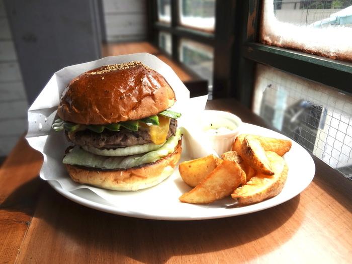 ボリューム感のあるハンバーガーに、厚切りポテトとコールスローとのバランスが人気のバーガースタンド「FELLOWS」。 こちらのハンバーガーの魅力は、なんといってもパテ。生の牛肉を荒くミンチにして、炭火で焼き上げています。