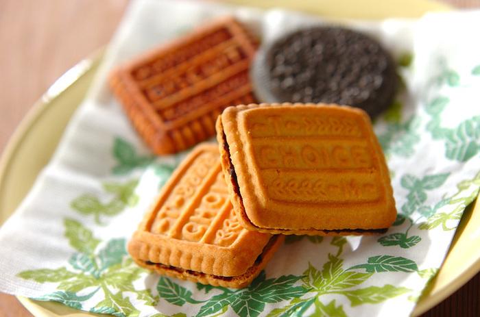 森永ビスケットシリーズ「CHOICE」を使ったレシピ。湯せんしたチョコレートに生クリームをまぜたもの。とっても簡単に手作りおやつの完成です。