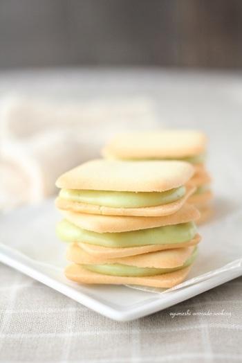 ホワイトチョコレートとアボカドを混ぜ合わせたパステルカラーのようなグリーンがきれいなクリーム。ほんのりと焼けた白いクッキーとの優しい色合いが美味しそう♪ミルク味やビタークッキーでも相性◎