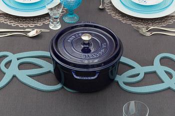 ストウブ鍋のつまみは、高温に耐える金属製ですので、フタをしたままオーブン調理ができます。料理のバリエーションが広がりそうですね。ちなみに、ストウブ鍋はIHにも対応します。