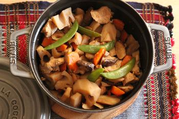 こちらは、ストウブ鍋で無水調理した筑前煮。野菜から出た水分と調味料だけで蒸し煮するので、素材そのもののうまみを味わうことができます。ごぼうやれんこんなどの根菜も柔らかく、味もしっかりしみ込みます。