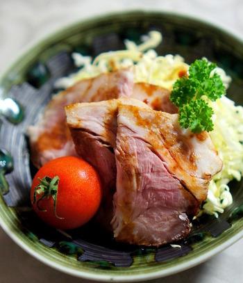 漬け込んだ豚のかたまり肉を、ストウブ鍋を使ってオーブンで蒸し焼きにした叉焼(チャーシュー)。しっとり柔らかくて、味もしっかりしみ込み絶品です。オーブンが使えるストウブ鍋は、本当に便利♪