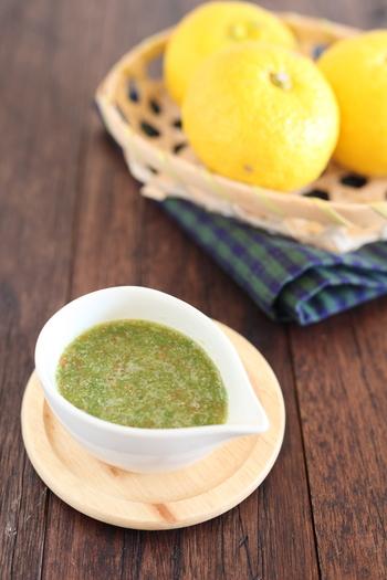 自家製の柚子胡椒は、果汁を多めにしてドレッシングにしても◎ 辛いのが苦手な方は青唐辛子の量を減らして、塩で調節するなど、自分だけの味を作れるのも嬉しいですね。