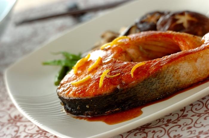 肉厚のサーモンをステーキに♪柚子バターしょうゆのさっぱり&コクのあるソースがさらに食欲をそそります。