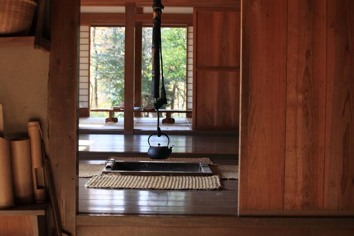 日本の伝統的建築様式で建てられた古民家は、ほとんどは梁と柱を組み合わせできた民家のことで、100年以上も前に建てられた家もあり、独特のあの年月を重ねて生まれた木の匂いや冷んやりと涼しい感じ、刻々と流れるような静けさと佇まい、そしてなんとも言えない懐かしさは皆憧れる、異次元に入り込んだような空間です。  今ではその昔ながらの古民家を旅館やカフェにしたり、リフォームで住みやすいさらに素敵空間にすることが可能なのです☆