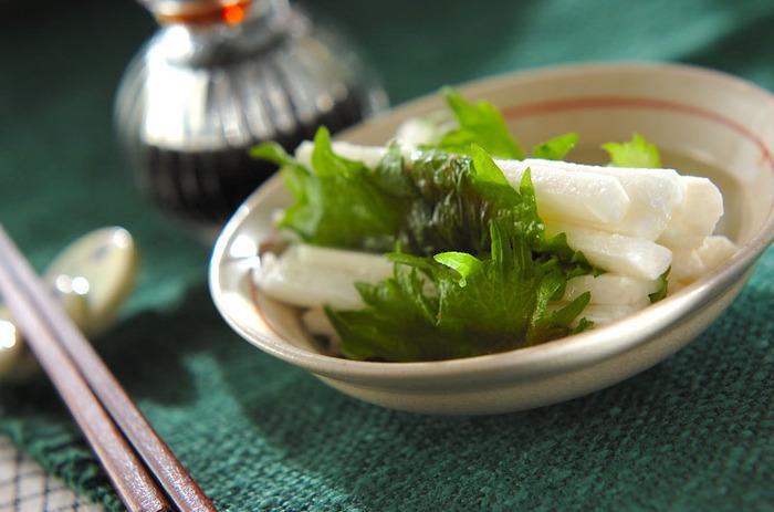 梅と大葉の相性はとてもよく、梅の酸味・塩味と大葉の爽やかな香り・苦味がマッチします♪おつまみにすれば、さっぱりとしてシャキシャキとした食感の長芋と梅肉大葉のハーモニーでついついお酒も進みそう。