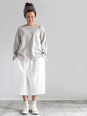 トップス・ボトムス共にオーバーサイズでまとめた着こなしです。 短めのパンツを選ぶことによって、絶妙なバランスに。 グレ~白のグラデーションも春らしい印象です。