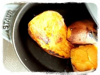 ストウブ鍋なら、専用の鍋を使ったようなホクホクの焼き芋ができます。安納芋などしっとり系のお芋も、じっくり蒸し焼きすることで、とろけるようなおいしさに。これは、試してみたいですね。
